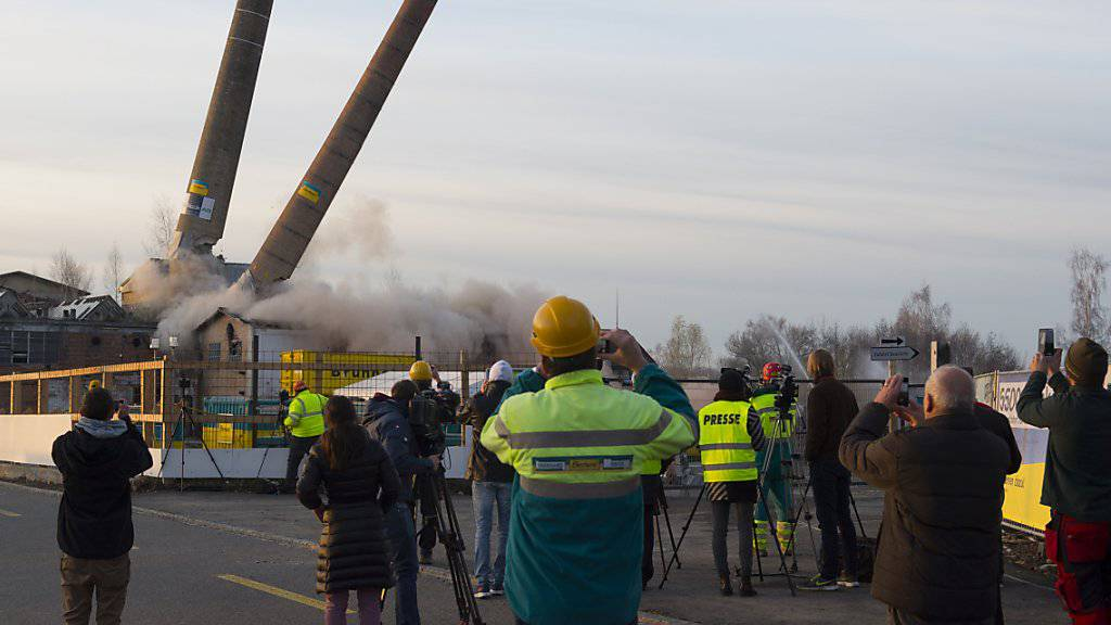 Die Zwillingskamine auf dem Raduner Areal in Horn TG wurden im November 2015 gesprengt. Die Industriebrache war zuvor bei einem Grossbrand weitgehend zerstört worden (Archivbild)