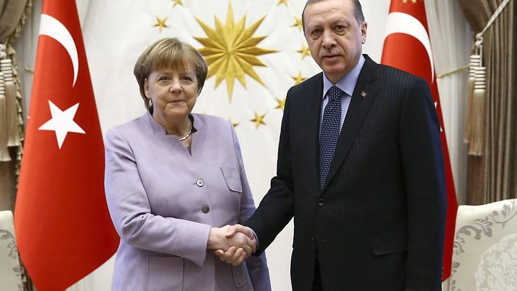 Spannungen zwischen Deutschland und der Türkei: Ankara bestellt den deutschen Botschafter in der Türkei ein. (Archivbild von Merkel und Erdogan)
