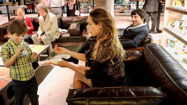 Daria Zappa mit ihrem Sohn und Mandolinenspieler Avi Avital beim Apéro riche.