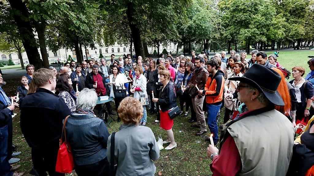 In Erinnerung an Adeline versammeln sich rund 80 Personen im Genfer Parc des Bastions