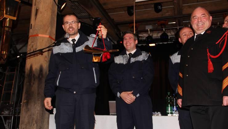Geschenk für den neuen Kommandanten Florian Isenring (Mitte) - ein Horn