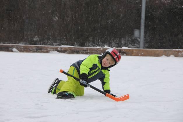 Dieser Hockeyspieler fährt auf nigelnagelneuen Schlittschuhen.