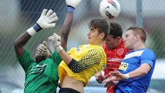 Duell der Torhüter: Dietikons Goalie Joao Ngongo (links) schliesst Bekanntschaft mit Aaraus Goalie Predrag Pribanovic. Alexander Wagner