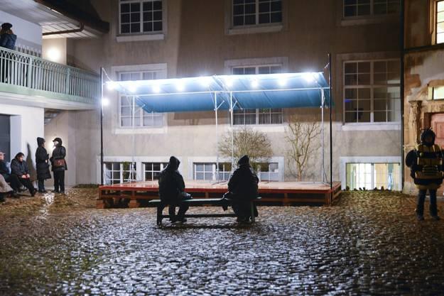 Zwei einsame Gestalten warten im Regen aufs Höflisingen