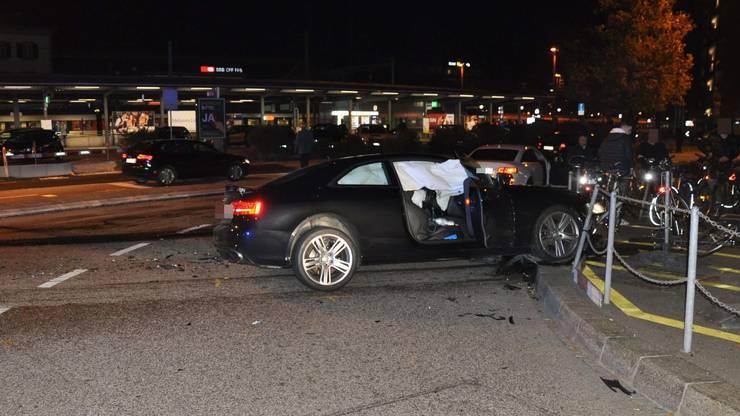 Das schwarze Auto prallte nach der Kollision in die Absperrung eines Fahrradabstellplatzes.