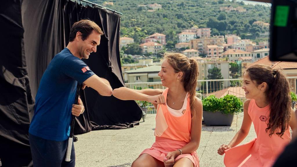Roger Federer überrascht junge Tennis-Fans