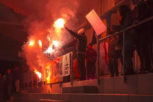 Die Dübendorfer Fans zelebrierten den Ligaerhalt mit einer Pyroshow - zum Leidwesen der Hallenbetreiber.