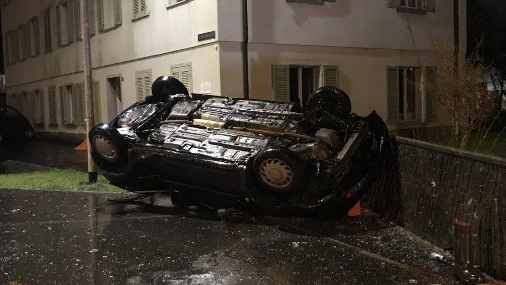 Ein bewaffneter Mann ist auf der Flucht vor der Polizei am Freitagmorgen mit seinem Auto in Arth SZ mit einer Betonmauer kollidiert. Er erlag noch vor Ort seinen Verletzungen.