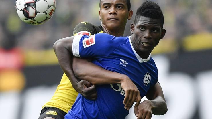 Breel Embolo (rechts) fügt mit Schalke Manuel Akanji und dem BVB eine empfindliche Niederlage zu