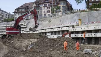 Unterhalb des Berner Bierhübeli (oben) bereiten Arbeiter das Terrain vor für den Bau des Tunnels zum neuen Tiefbahnhof unter dem Hauptbahnhof Bern.