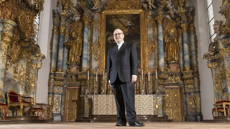 Pastoralraumpfarrer Georges Schwickerath steht vor dem Hochaltar der Klosterkirche     Muri. Er freut sich auf die Festtage und das Feiern der Weihnachtsmessen mit möglichst vielen Menschen.