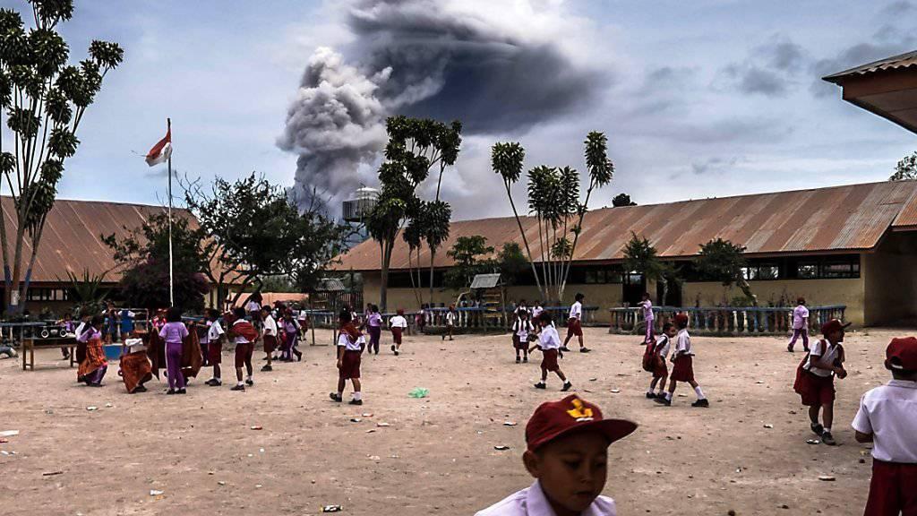 Der im Norden der Insel Sumatra gelegene Vulkan Sinabung schleuderte Asche, Rauch und Gestein bis zu 5000 Meter hoch. (Archiv)