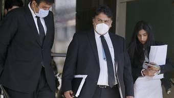 Faisal Siddiqi (M), ein Anwalt der Familie von Daniel Pearl, einem amerikanischen Journalisten, der 2002 in Pakistan entführt und getötet wurde, verlässt mit seinem Team den Obersten Gerichtshof nach einer Berufungsverhandlung. Foto: Anjum Naveed/AP/dpa
