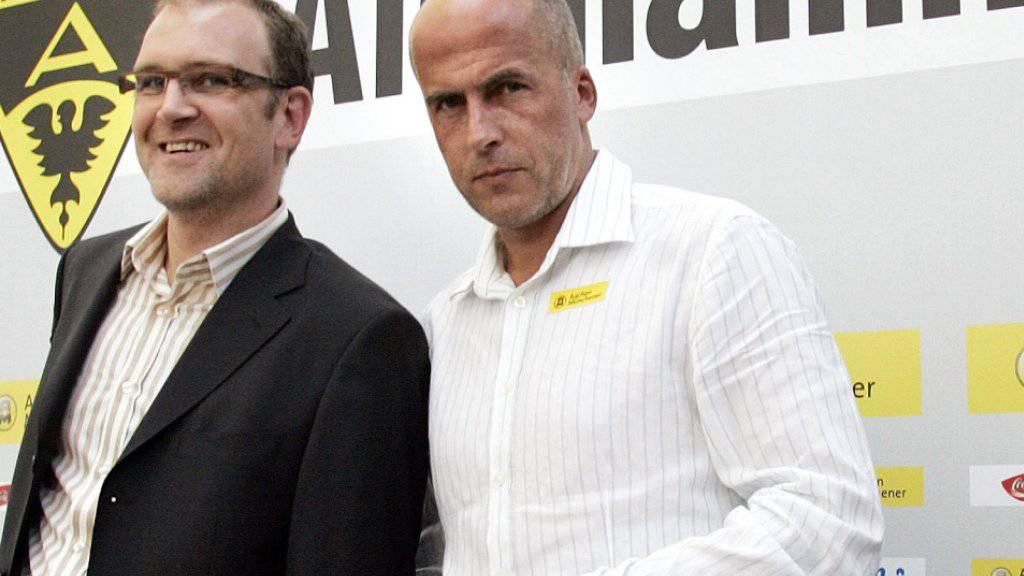 Ein Bild vom September 2006, als Alemannia Aachen noch in der Bundesliga spielte: Gladbachs früherer Linksverteidiger Michael Frontzeck (rechts) wird als neuer Trainer präsentiert