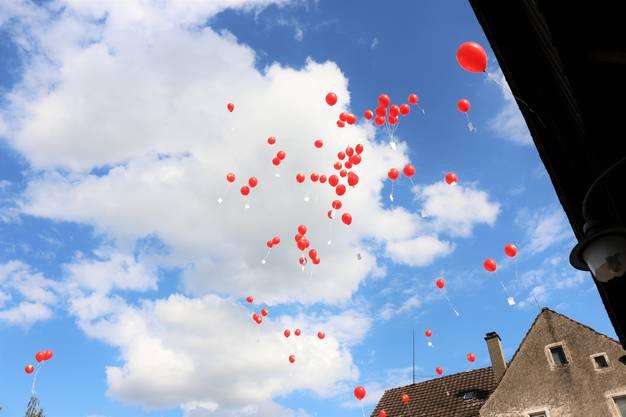 Eine fröhlich rote Wolke aus Luftballons gesellte sich zu den weissen am Himmel über Oetwil.