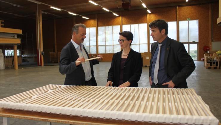 Adrian Hüsler (links) erläutert Wirtschaftsförderin Karin Heimann und Stadtpräsident François Scheidegger am neuenFirmensitz in Grenchen ein «Hüsler Nest»-Produkt.