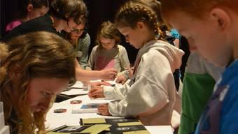 Die Kinder befestigen die Negative auf Styropor. Lee Ann Müller