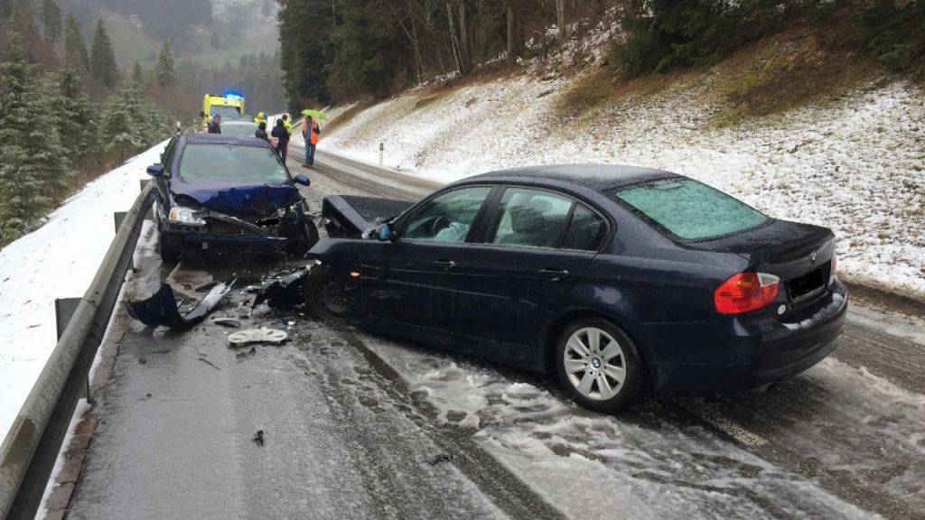 Der 29-jährige Lenker verlor auf der rutschigen Strasse die Kontrolle über sein Fahrzeug und stiess mit einem anderen Auto zusammen.