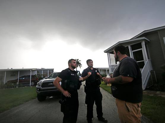 In Florida und den nördlicheren Bundesstaaten Georgia und South Carolina galt bereits der Notstand. Evakuierungen der Küstenregionen mit Hunderttausenden Einwohnern liefen am Montag bereits an.