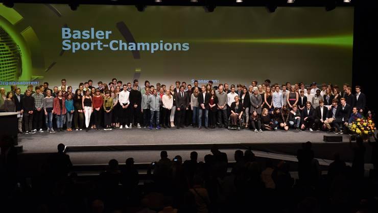 Ganz zum Schluss stehen noch einmal alle Gewinner des Abends auf der Bühne der St. Jakobhalle.