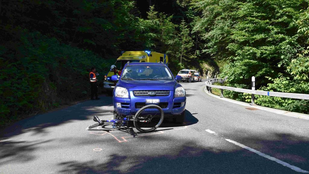 Velofahrer wird von Auto erfasst – Rega fliegt ihn ins Spital
