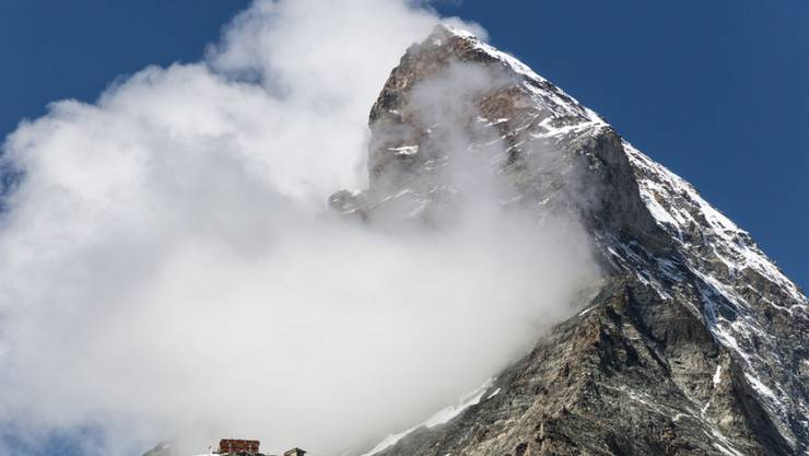Ein britischer Bergsteiger ist am Matterhorn in den Tod gestürzt. Der 24-Jährige wurde beim Abstieg auf dem Hörnligrat von einem Felsblock mitgerissen. (Archivbild)