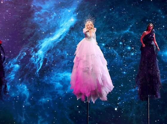Australien hat sich am Dienstag in Tel Aviv mit einer spektakulären Bühnenshow für das Finale des Eurovision Song Contest am kommenden Samstag qualifiziert.