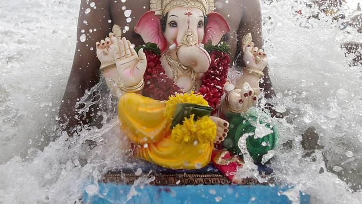 Mit dem Versenken von Ganesha-Statuen im Meer ist im indischen Mumbai ein Fest zu Ehren der elefantenköpfigen Gottheit zu Ende gegangen.