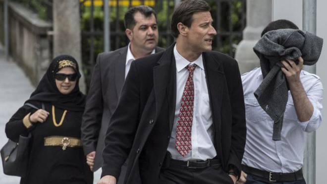 2014 vor dem Bundesstrafgericht: Der Mann rechts wurde wegen Unterstützung einer terroristischen Organisation verurteilt. Nun taucht er wieder auf. Foto: Keystone