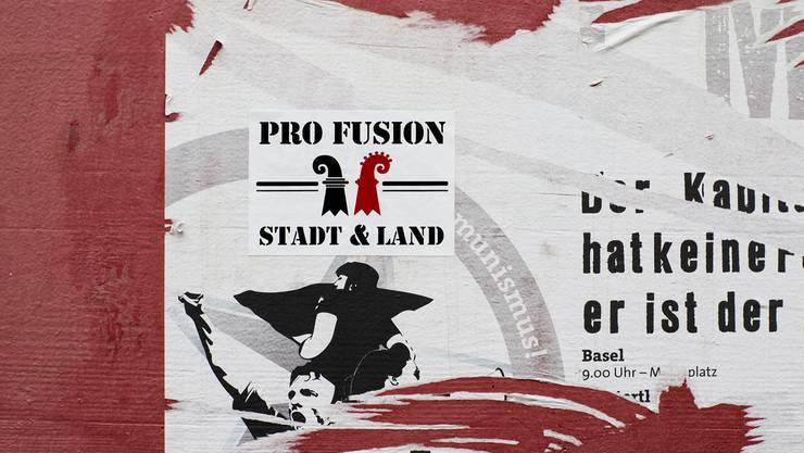 «Pro Fusion» – solche Kleber trifft man in der Stadt viele an. Der Urheber ist unbekannt. Roland Schmid