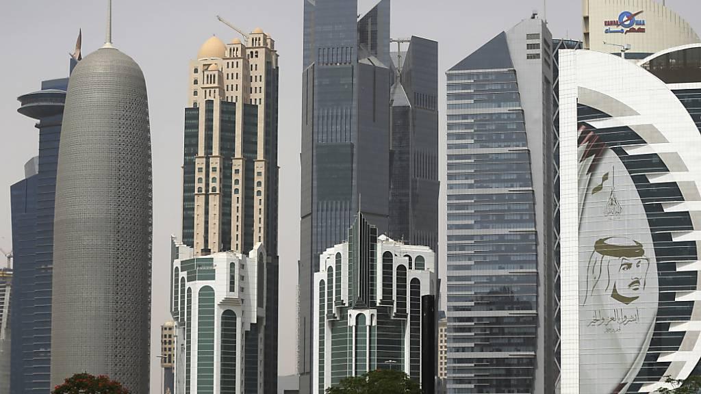 ARCHIV - Ein riesiges Bild des Emirs von Kuwait, Scheich Tamim bin Hamad Al Thani, schmückt einen Wolkenkratzer. Mehr als drei Jahre nach dem Beginn einer Blockade gegen Katar legen Saudi-Arabien und seine Verbündeten ihren Streit mit dem Emirat bei. Foto: Kamran Jebreili/AP/dpa/Archiv
