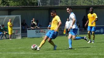 Einer der Neuen bei Schlieren. Innenverteidiger Kevin Rodriguez (am Ball) kam vom FC Wettingen. Bild. Ruedi Burkart (002)