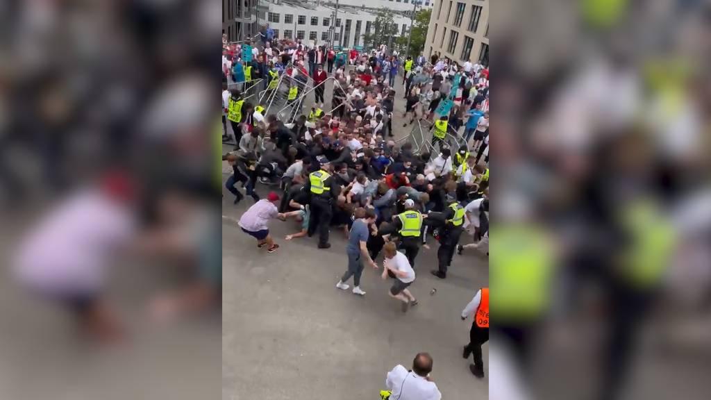 Vor EM-Finalspiel: Fans stürmen Wembley-Stadion