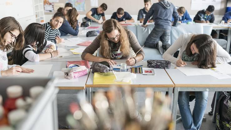 Wie viele Schüler dürfens denn sein? Heute liegt die maximale Klassengrösse bei 25. Die Initiative, über die am 30. November abgestimmt wird, will höchstens 20 (Themenbild).