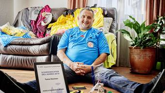 Tuma Oezmen präsentiert stolz seine Ausrüstung und die Auszeichnung zum Aargauer Schiedsrichter des Jahres.