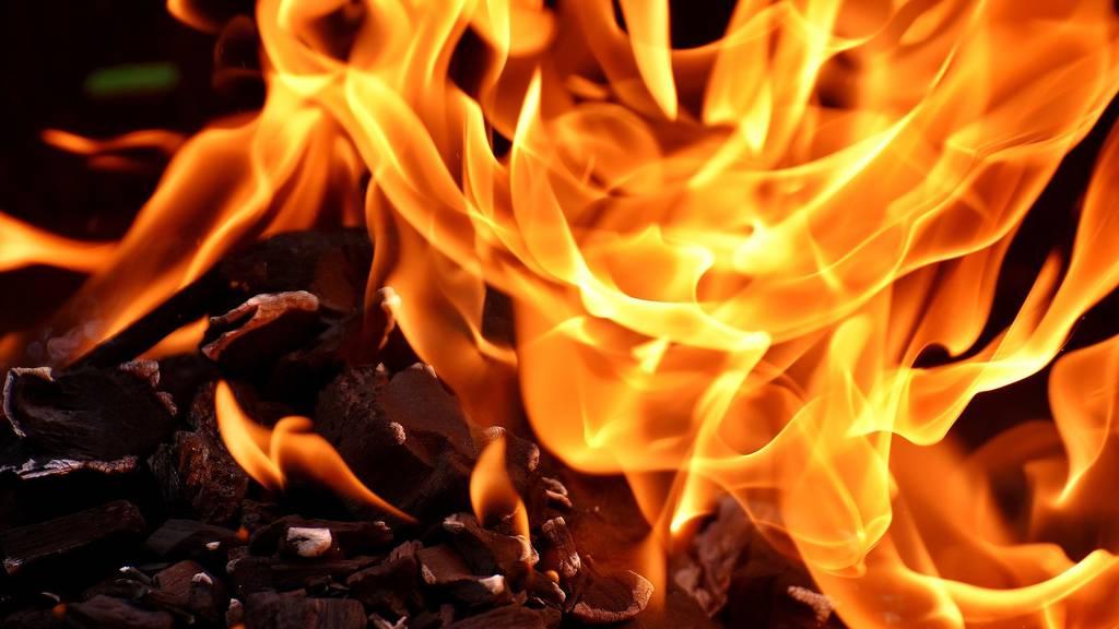 Kind stirbt bei Brand in Flüchtlingslager