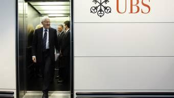Kaspar Villiger, Verwaltungsratspräsident der UBS, verlässt den Lift auf dem Weg zur Medienkonferenz am Donnerstag, 14. Oktober 2010 in Zuerich. Die UBS raeumt im Zusammenhang mit der Finanzkrise Fehler im eigenen Haus ein.