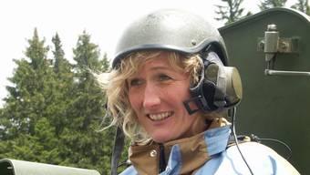 Bei einem Truppenbesuch lächelte Susanne Hochuli mit Schutzhelm aus der Luke eines gepanzerten Fahrzeugs. (Archiv)