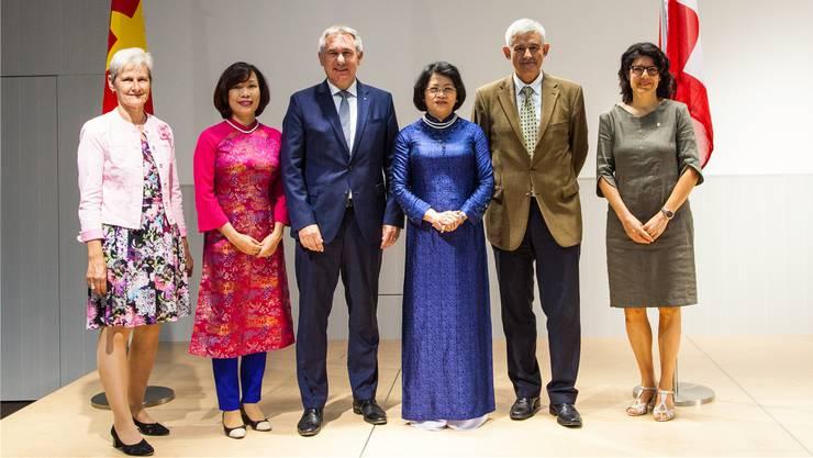 Gruppenbild mit prominenter Besucherin: Die vietnamesische Vizepräsidentin Dang Ngoc Thinh (Dritte von rechts).