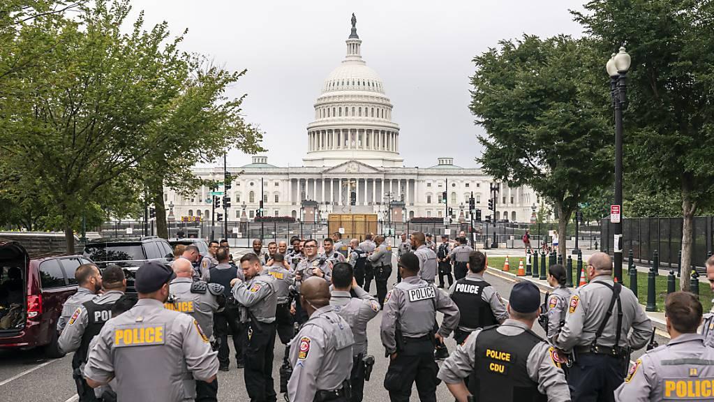 Polizisten versammeln sich vor dem US-Kapitol in Washington. Gut acht Monate nach der Erstürmung des Kapitols hat sich die US-Hauptstadt für eine Demonstration von Anhängern des damaligen US-Präsidenten Donald Trump vorbereitet.