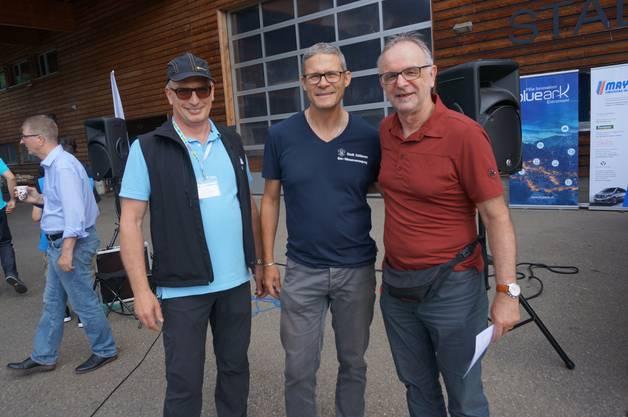 Von links: Didi Klement von der Wave-Elektromobil-Rallye, Roger Gerber. der Schlieremer Abteilungsleiter Werke, Versorgung und Anlagen sowie Stadtrat Pierre Dalcher.