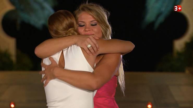 Arina und Vesna trösten sich gegenseitig.