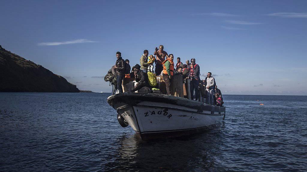 Flüchtlinge drängen sich auf einem Boot vor der griechischen Küste. Deutschen und türkischen Ermittlern ist ein Schlag gegen Schlepper gelungen, die Flüchtlinge auf schrottreifen Booten nach Europa schickten. (Archiv)