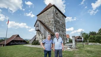 Stiftungsratspräsident Beat Gattlen (l.) und Kurator Kurt Wüthrich vor dem Turm von Halten, dem markantesten Gebäude des Museumsensembles, zu dem auch historische Speicher aus dem Wasseramt gehören.