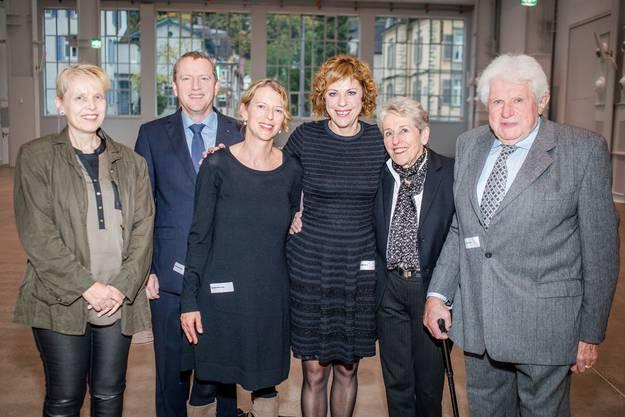 Die strahlende Preisträgerin Sabine Boss (Dritte von rechts) im Kreis ihrer Familie. Von links: Pia Boss, Niklaus Boss, Gabriela Boss, Sabine Boss, Annemarie Rieder und Gottfried Rieder.