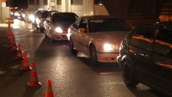 Stau: Warteschlange vor der Polizeikontrolle beim «Fressbalken» am Samstag.
