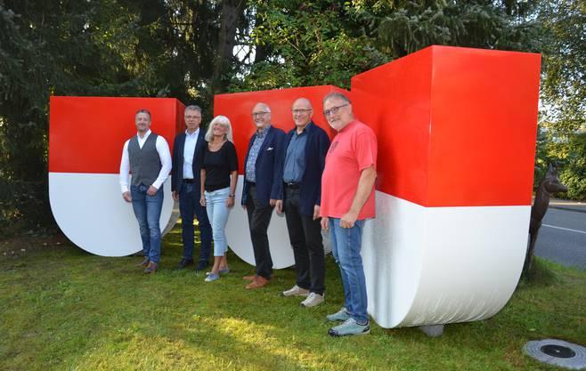 So sehen die dreidimensionalen Wappen aus. Davor: Urs Unterlerchner, Andreas Gasche, Liliane Herzog, Hansjörg Boll, Thomas Jenni, Peter Probst.