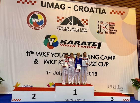 Mia Kadoic (zweite von links) mit Mitstreiterinnen auf dem Siegerpodest.