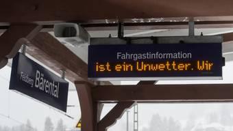 «Unwetter» steht am 18.01.2018 am Bahnhof auf dem Feldberg im Schwarzwald (Baden-Württemberg) auf einer Hinweistafel. Vom Unwetter sind auch Schweizer Bahnbetriebe betroffen.