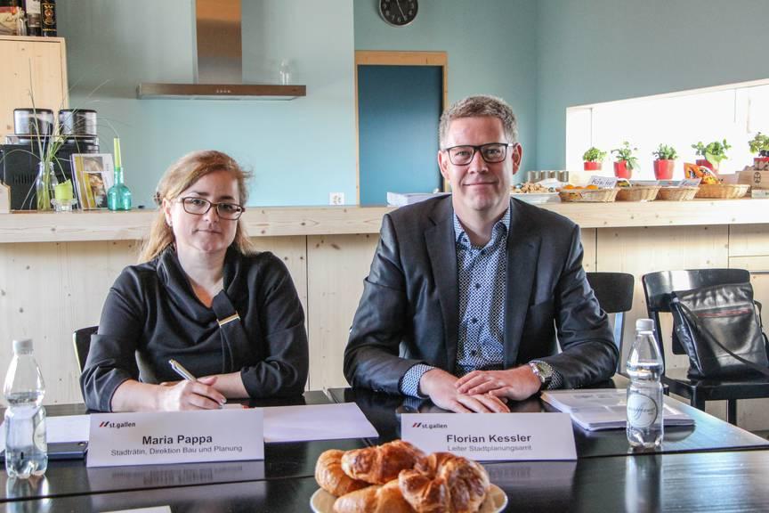 Maria Pappa und Florian Kessler informierten über die Entwicklungsmöglichkeiten des Gebeites St.Fiden-Heiligkreuz. Bild:FM1Today/Stefanie Rohner